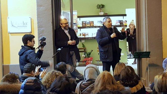 Torre Annunziata Lo Scrittore Maurizio De Giovanni Alla Libreria Liberta Un Esperienza Che Arricchisce Torresette