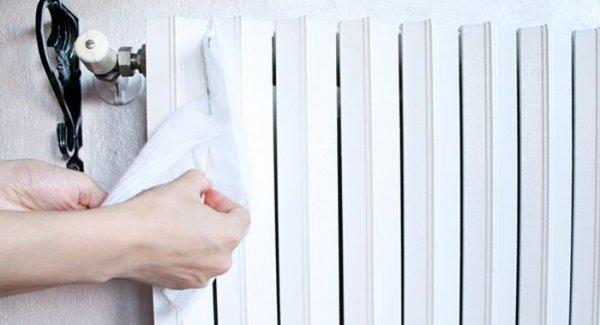 Come pulire i termosifoni eliminando la polvere all'interno