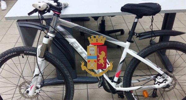 Napoli Spacciava Droga In Bicicletta Pusher Arrestato A