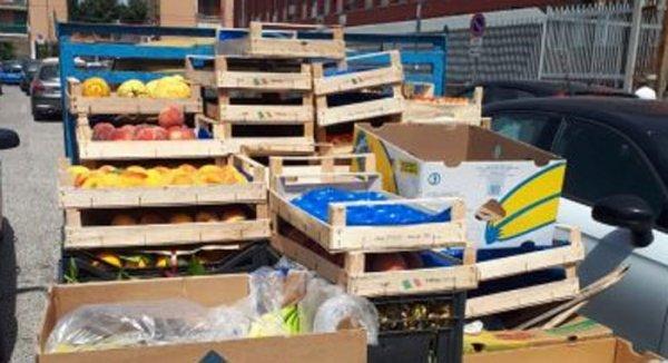 01a2ee97256e54 Napoli - Generi alimentari venduti in strada, blitz a Fuorigrotta:  sequestrati 22 quintali di merce